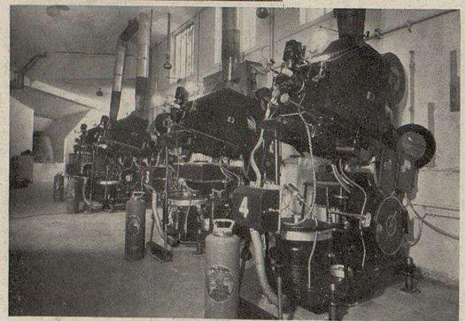 Les quatre projecteurs Radio-Cinéma, avec leurs arcs à grande puisssance du Gaumont-Palace