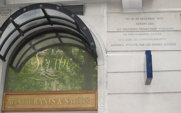 La plaque telle qu'on peut la voir de nos jours sur la façade de l'Hôtel Scribe
